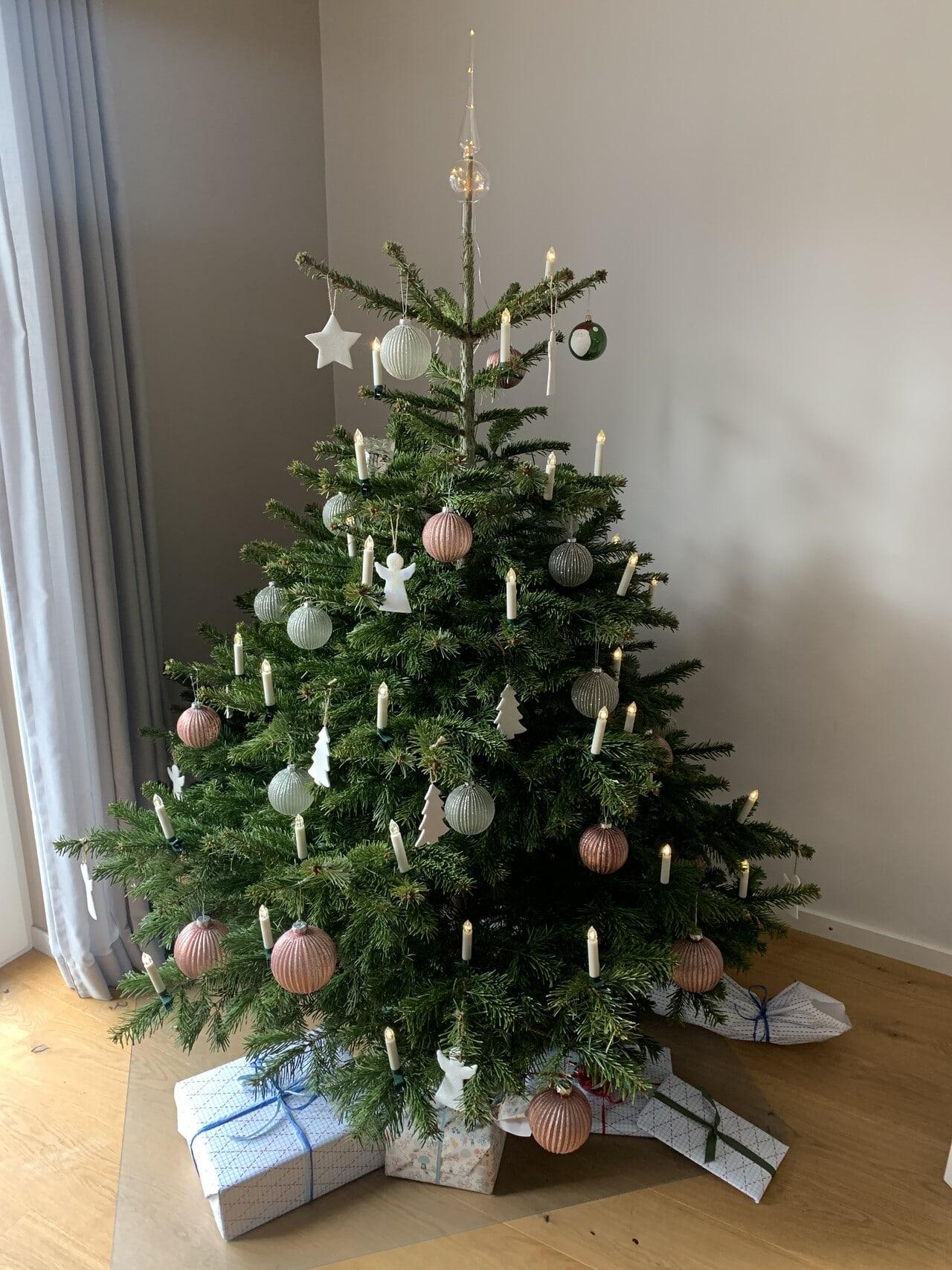 Weihnachtsbaum mit kabelloser LED-Beleuchtung